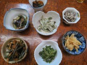 カウンターに並ぶ山菜料理の数々